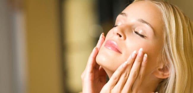 Ragazza che si prende cura della sua pelle con il collagene