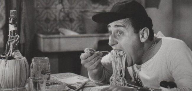 Immagine di Alberto Sordi mentre mangia