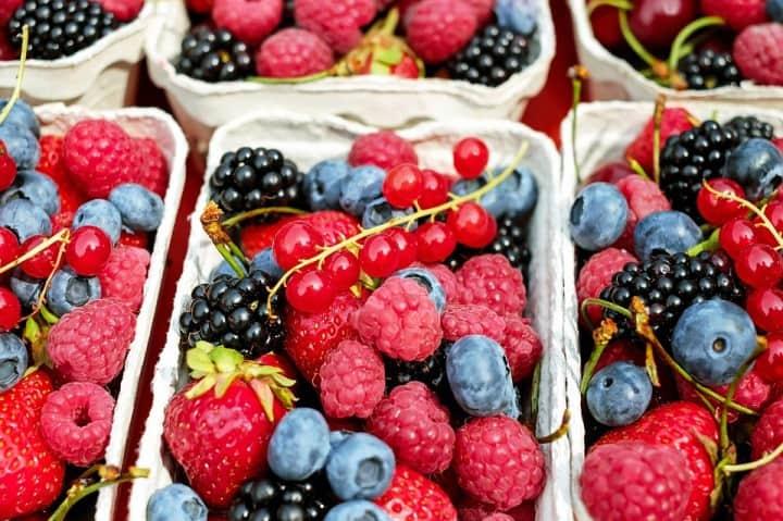 Vaschetta contenente frutti di bosco